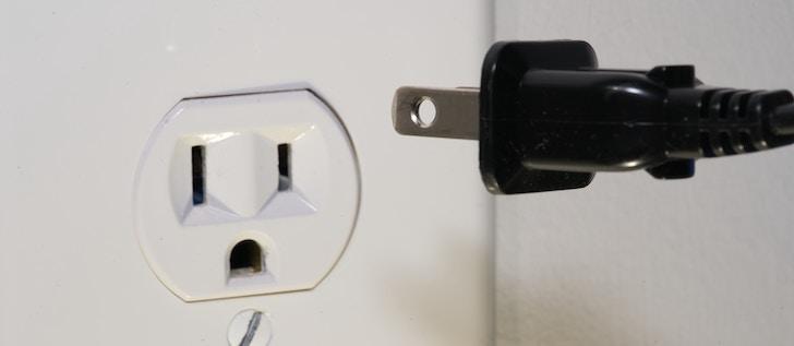 Fire TV Stickの電源を壁のコンセントに直接接続する