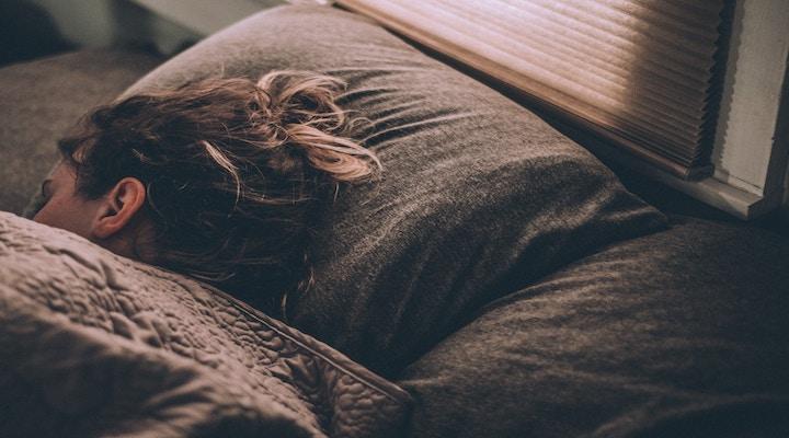 とみーさん:寝たいけど寝れない人必見!!コスト0円でたった3分で寝る必殺の睡眠法